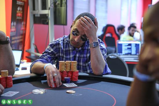 main a jouer au poker